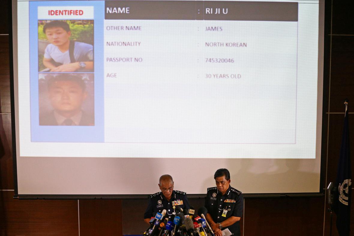 Policie v Kuala Lumpuru ukazuje jednoho z podezřelých Severokorejců.
