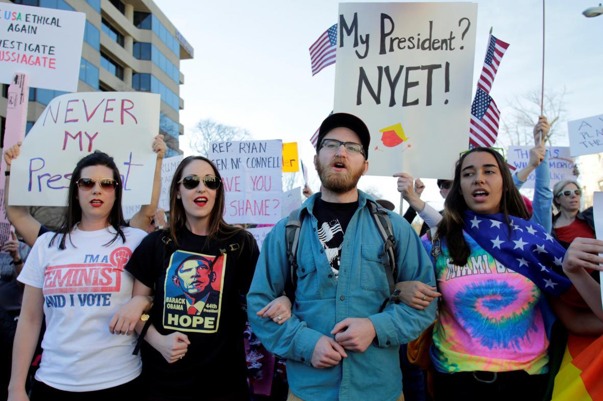 Mladí lidé protestují proti Donaldu Trumpovi