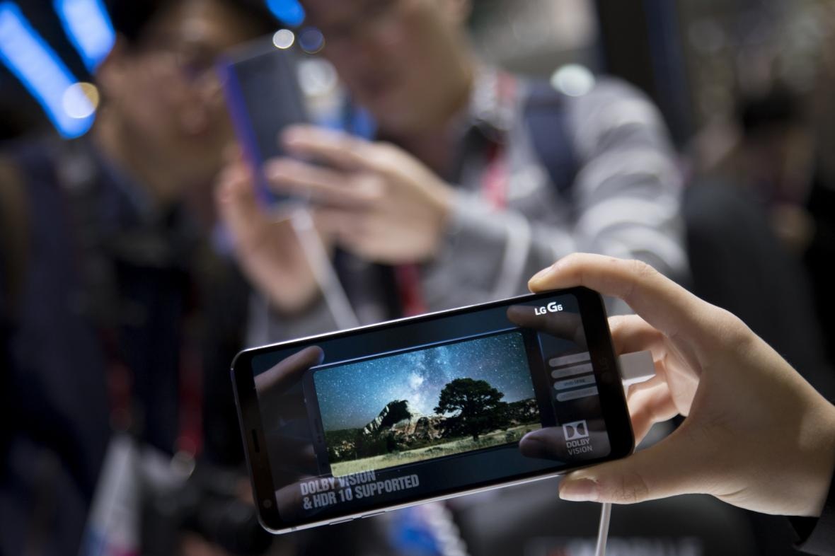 Návštěvníci zkouší na barcelonském veletrhu nový LG G6.