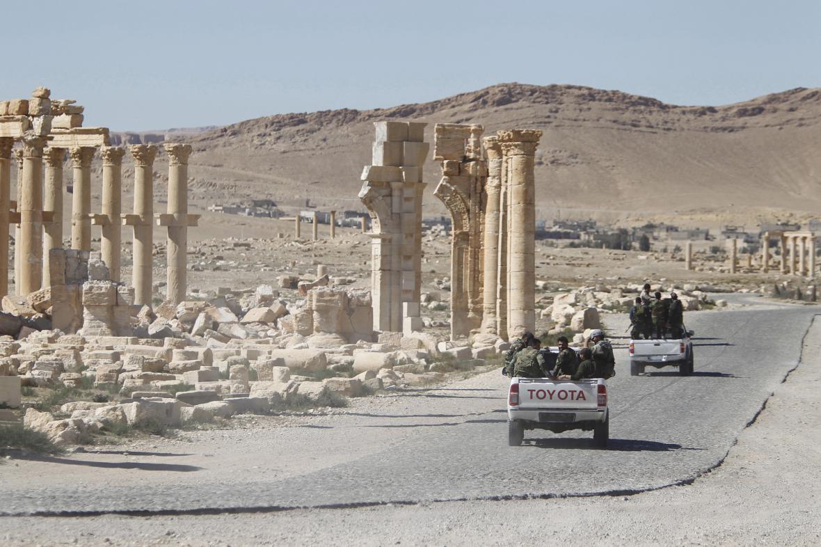 Syrská armáda v centru Palmýry. Archivní snímek z 1. dubna 2016