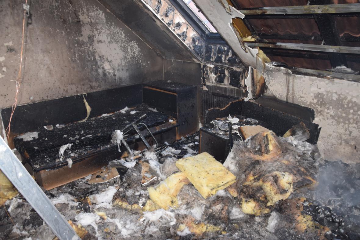 Vyhořelý pokoj v dětském domově v Prčici