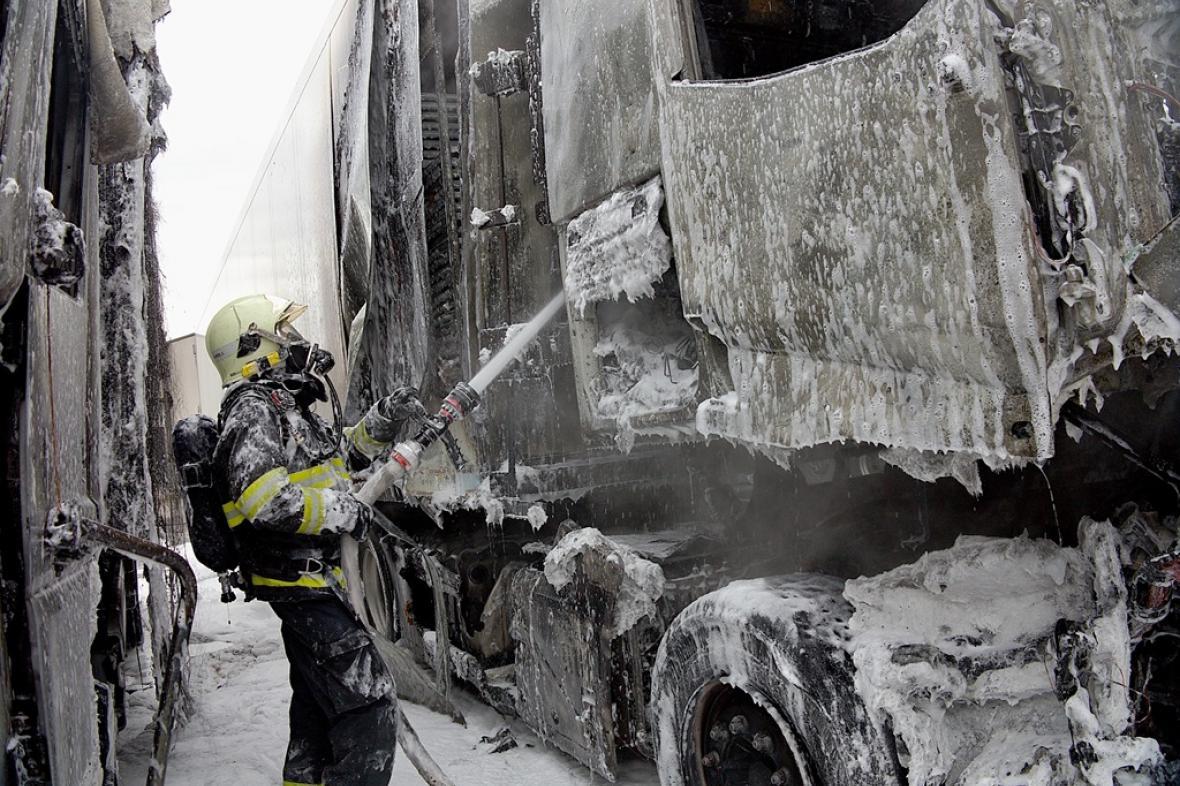 Brněnští hasiči zasahují u požáru zaparkovaných kamionů