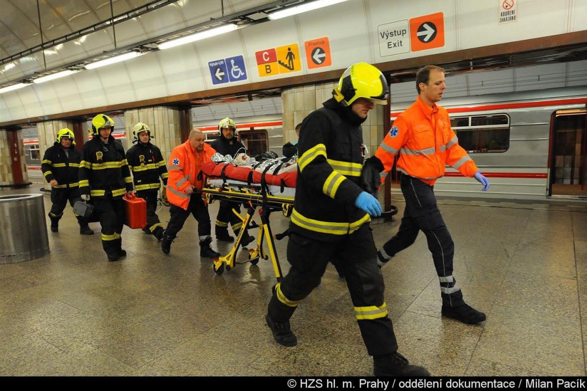 Do kolejiště ve stanici Florenc opět skočil čtyřicetiletý cizinec