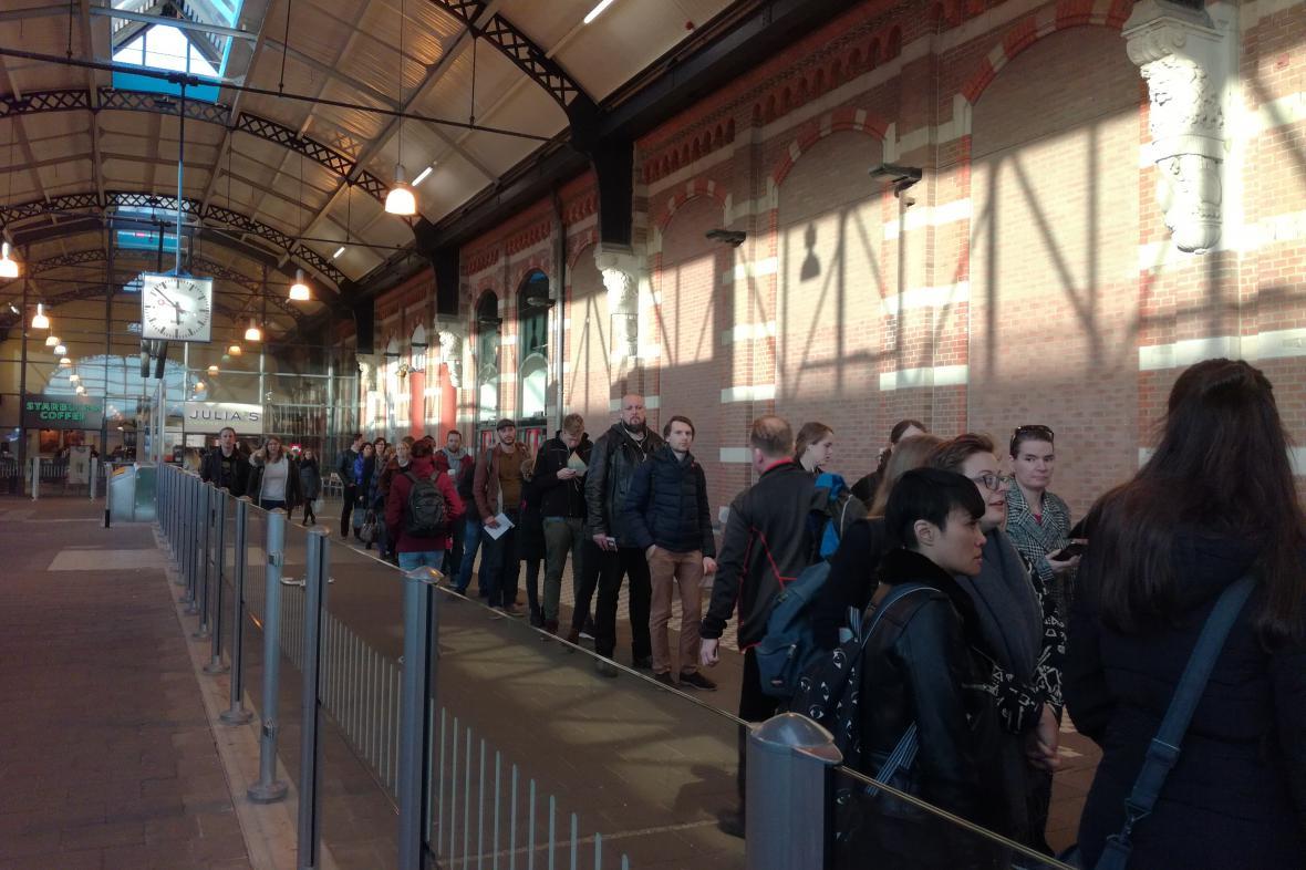 Fronta voličů na nádraží v Nijmegen