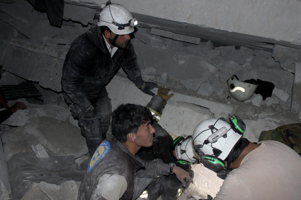Záchranáři vytahují přeživší zpod trosek mešity