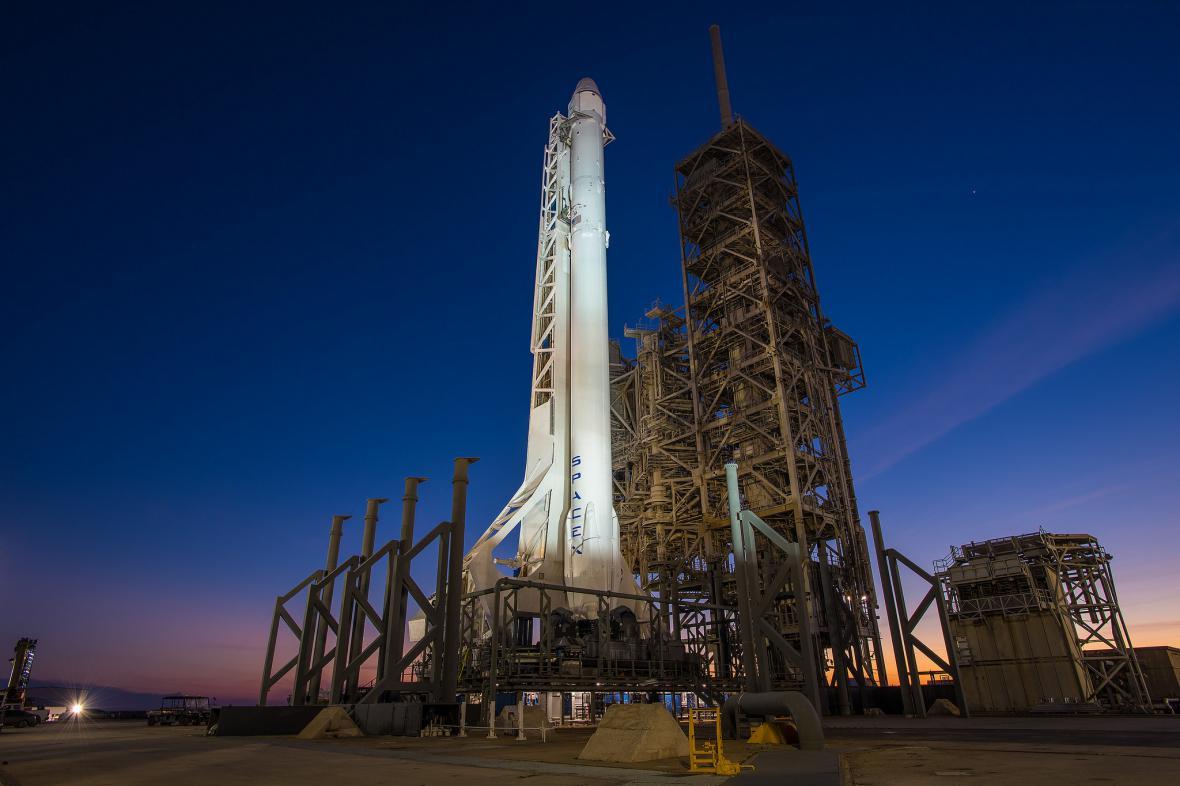 Kosmická loď Dragon a nosná raketa Falcon 9