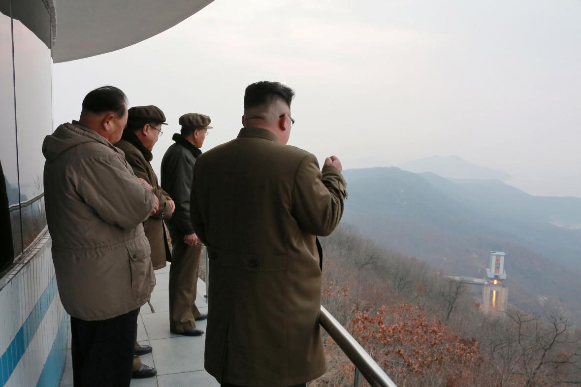 Severokorejský vůdce Kim čong-un sleduje jeden z testů zážehových motorů