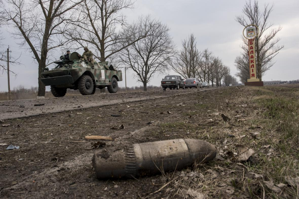 Zbytky munice na cestě blízko místa požáru