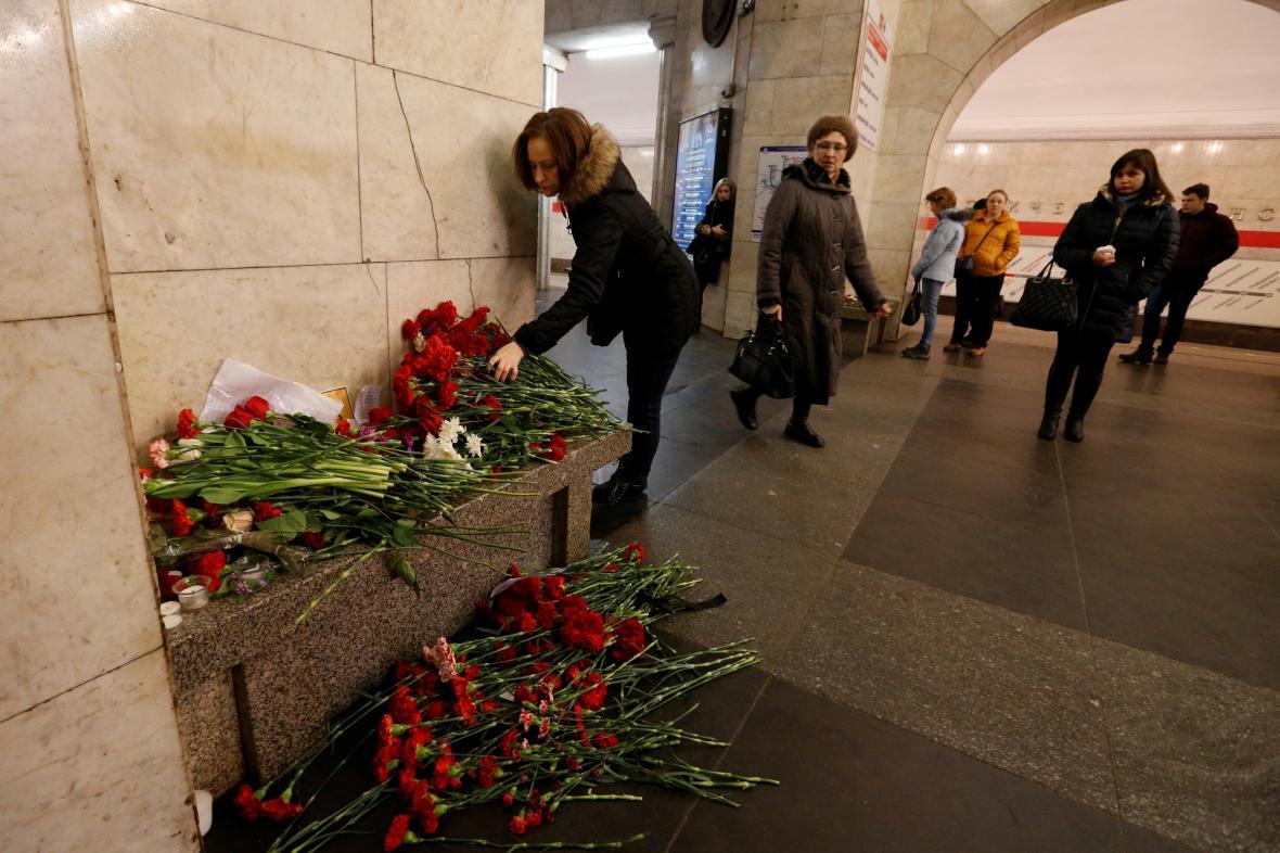 Lidé pokládají květiny ve stanici Technologický institut