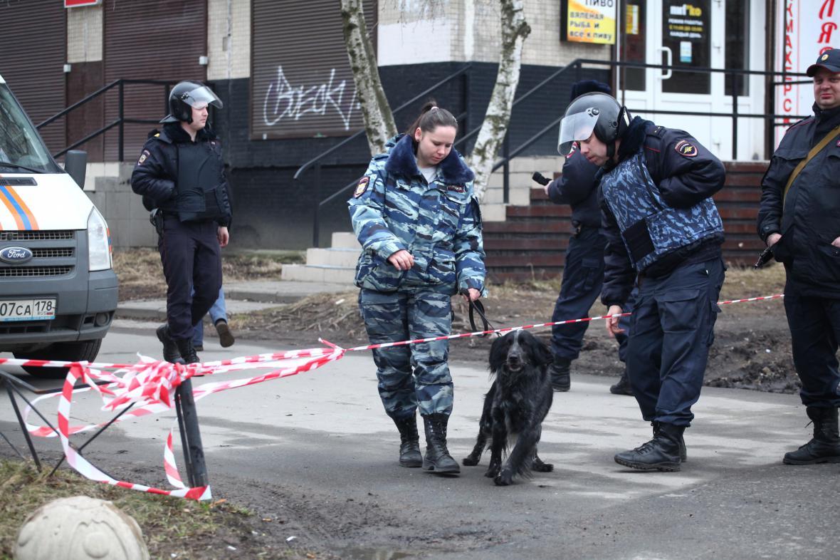 Ruská policie se psem vycvičeným na hledání výbušnin