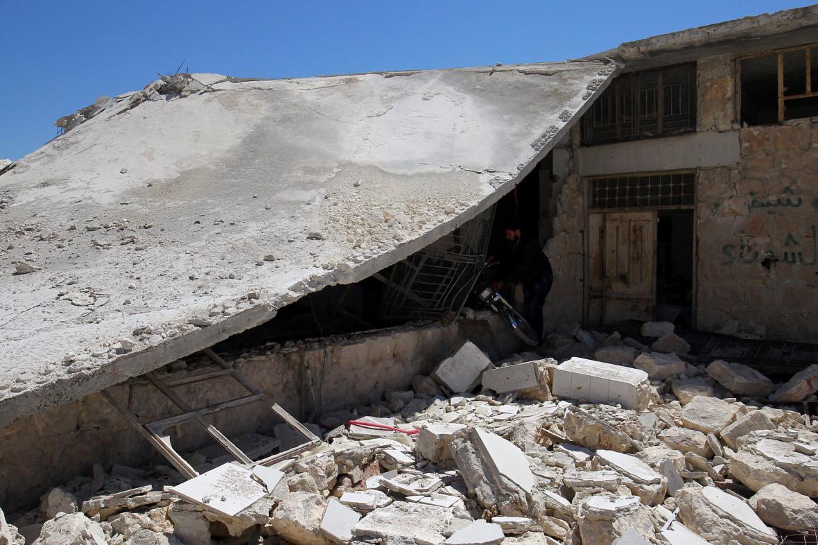 Zdravotnické zařízení v Chán Šajchún zničené bombardováním