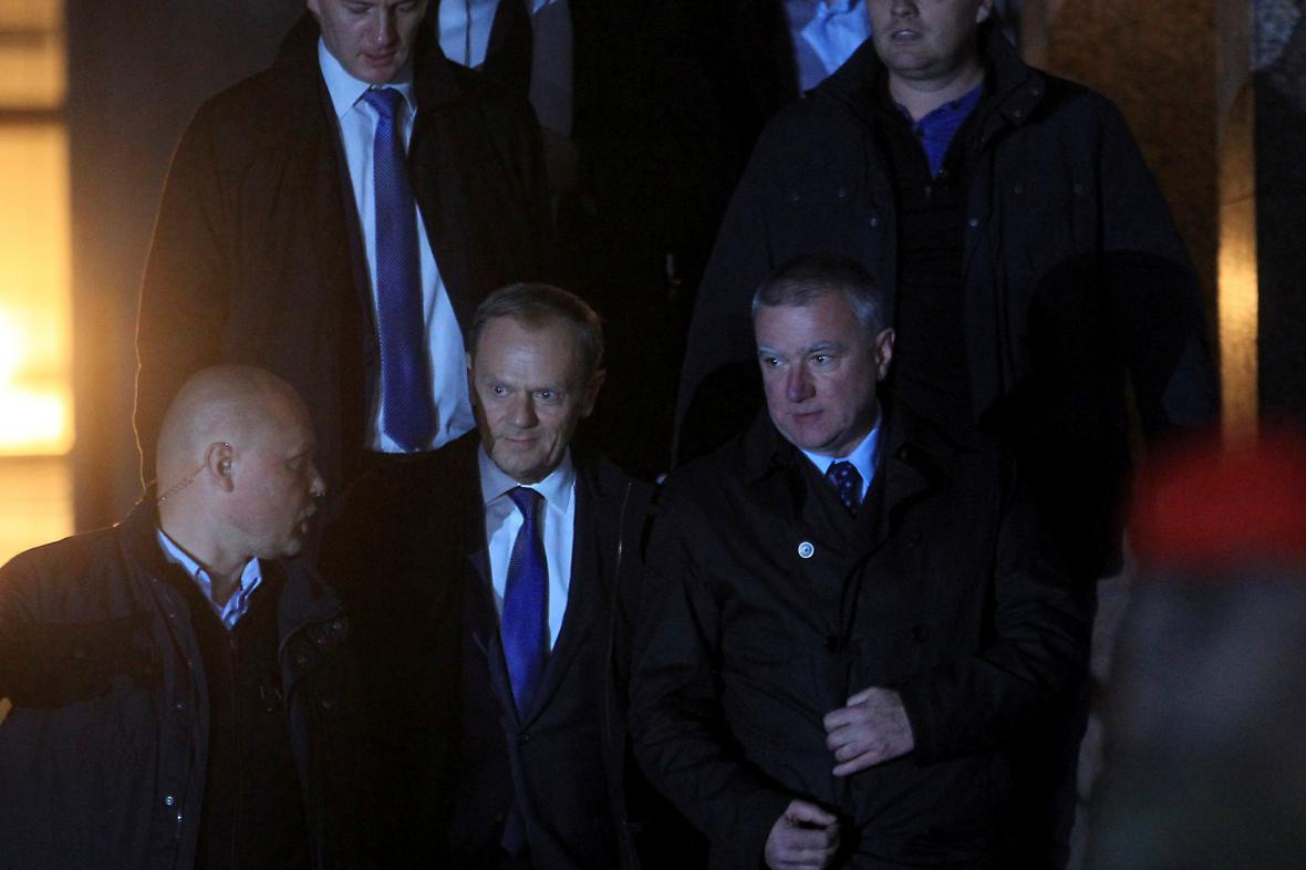 Donald Tusk opouští po výslechu prokuraturu