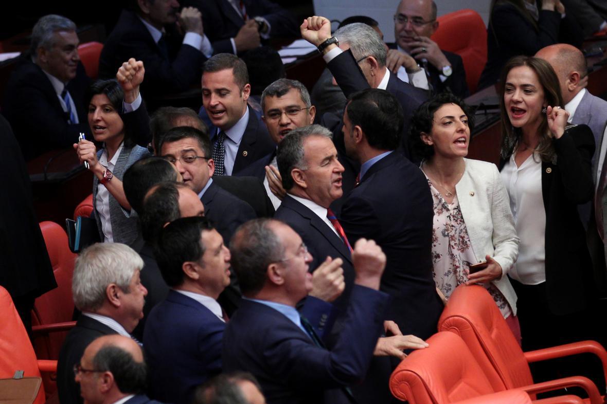 Zástupci opoziční CHP v tureckém parlamentu