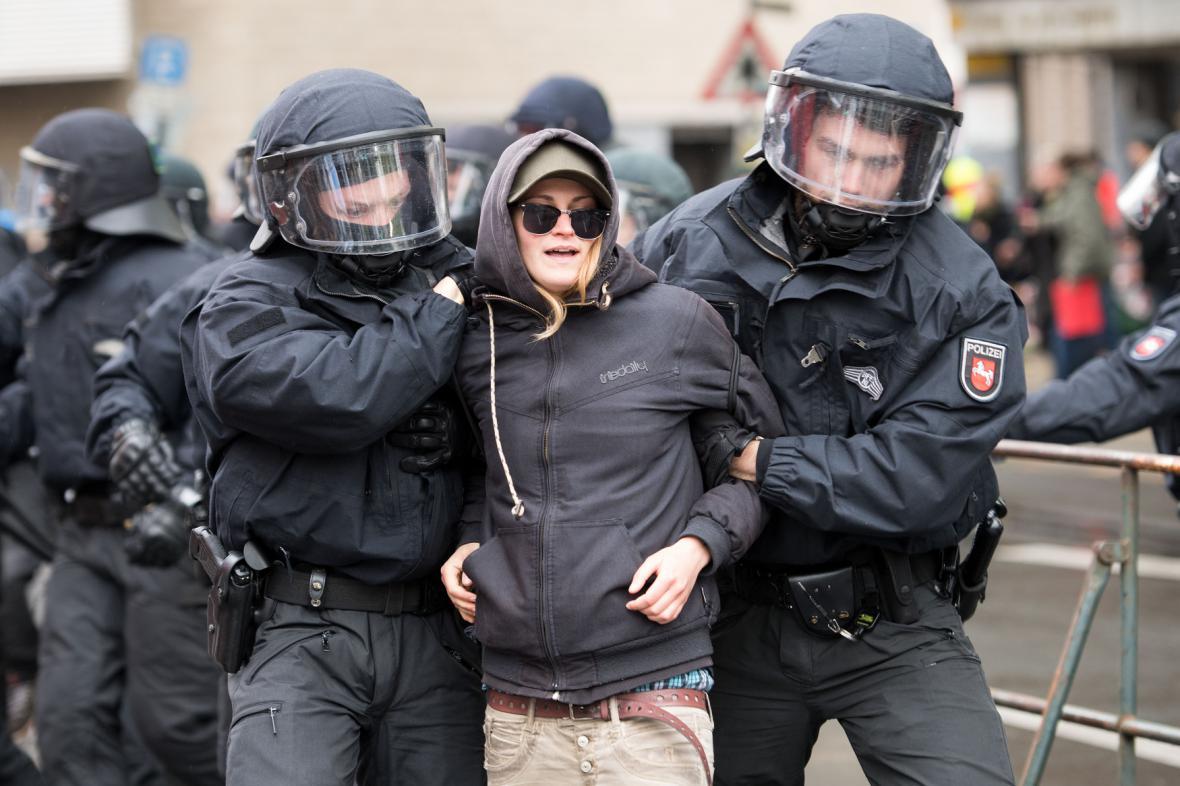 Zatýkání při protestech odpůrců AfD