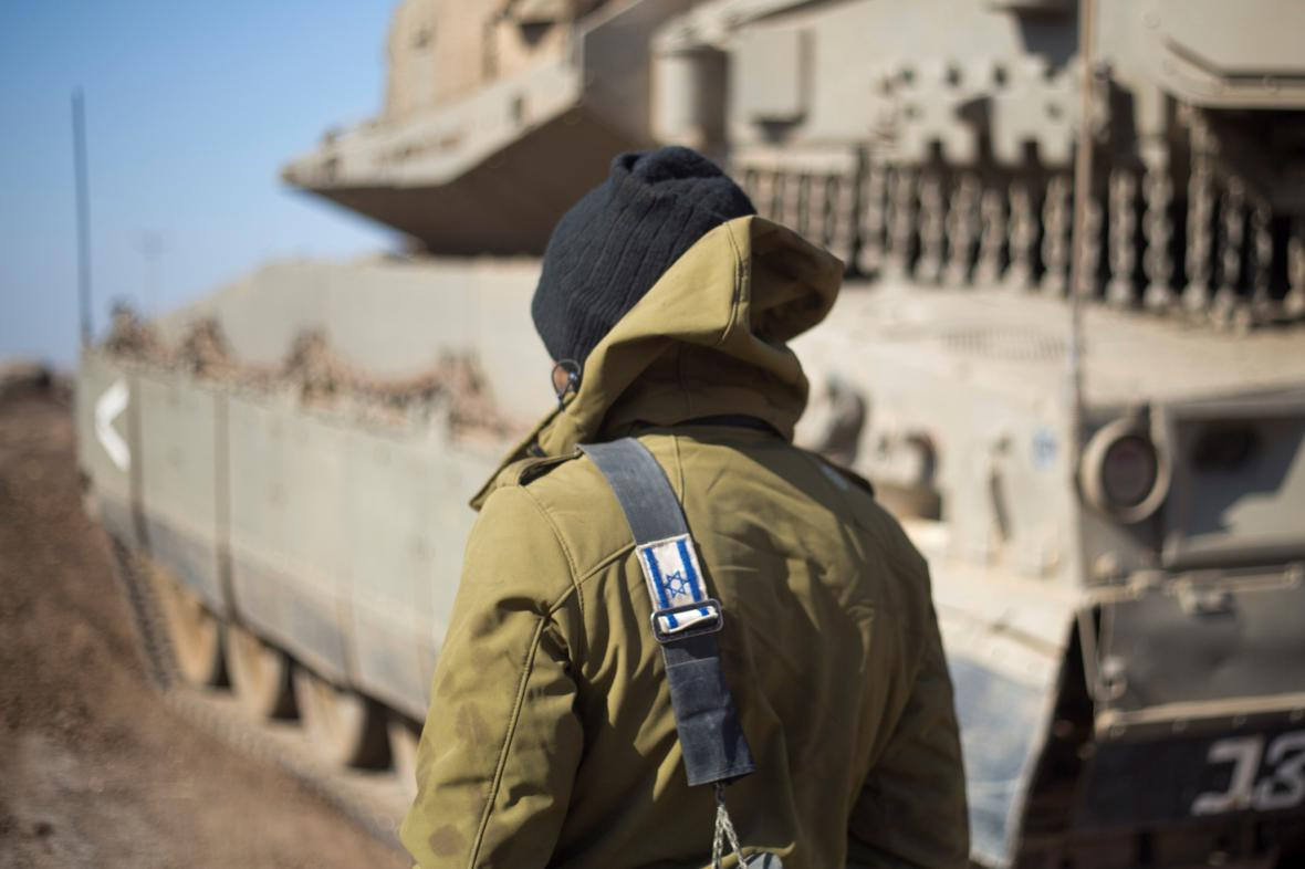 Izraelský voják nedaleko syrské hranice