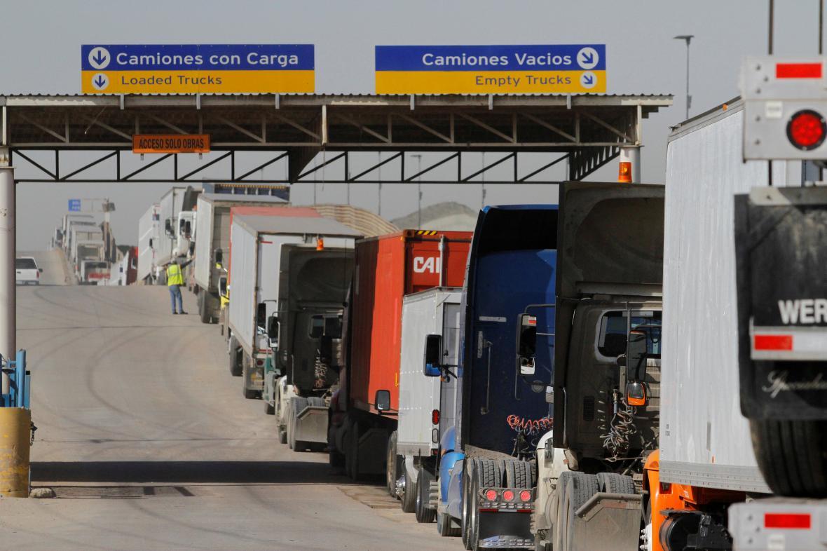 Fronta kamionů na americko-mexické hranici