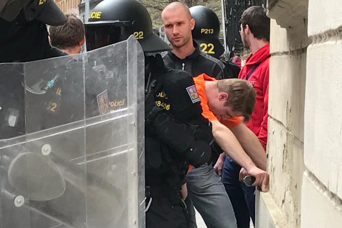 Policie v Brně zadržela první výtržníky
