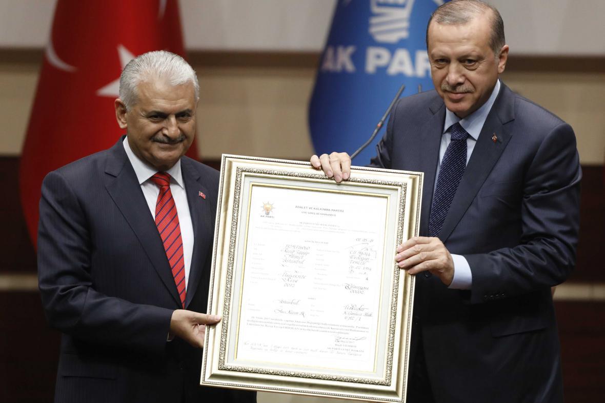 Erdogan s dokumentem potvrzujícím jeho členství v AKP