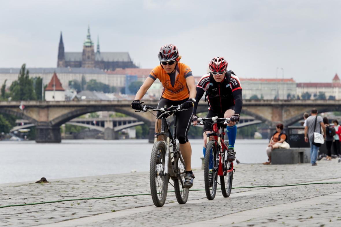 Cyklisté na stezce na náplavce v Praze