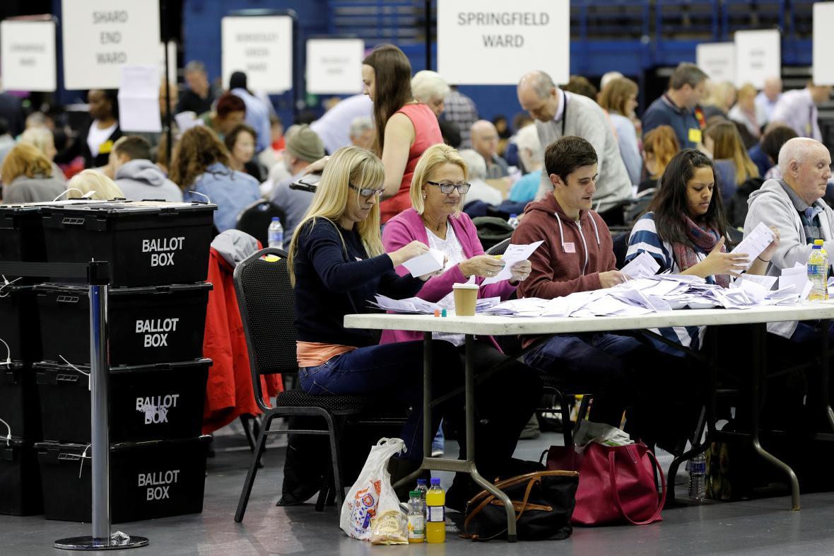 Sčítání hlasů v jednom z birminghamských okresů