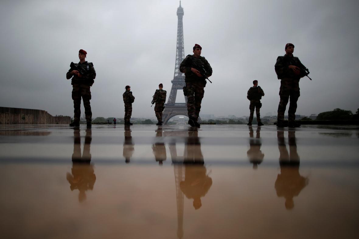 Policisté hlídkují před Eiffelovou věží