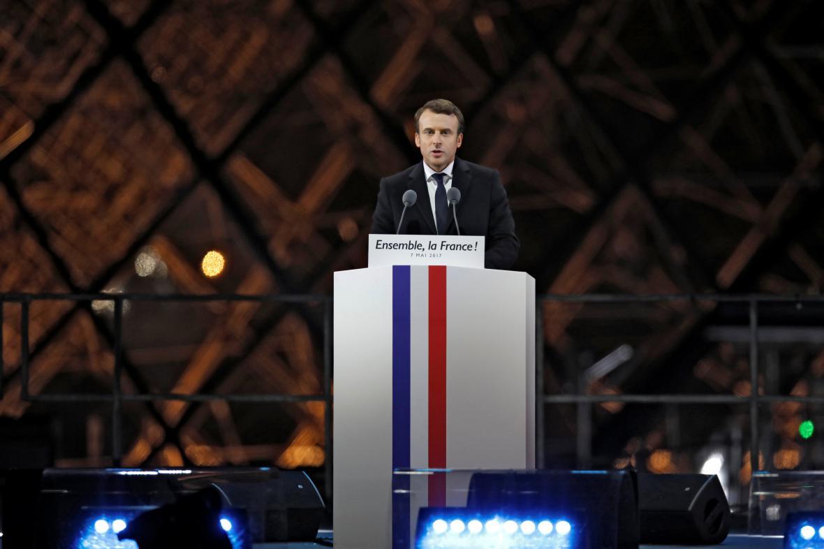 Emmanuel Macron hovoří ke svým příznivcům před Louverem