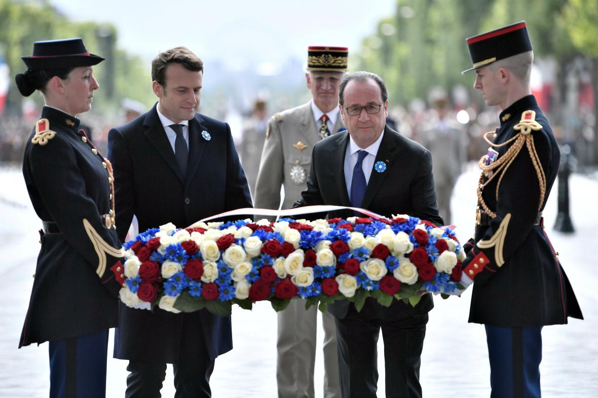 Macron a Hollande pokládají květiny k hrobu neznámého vojína