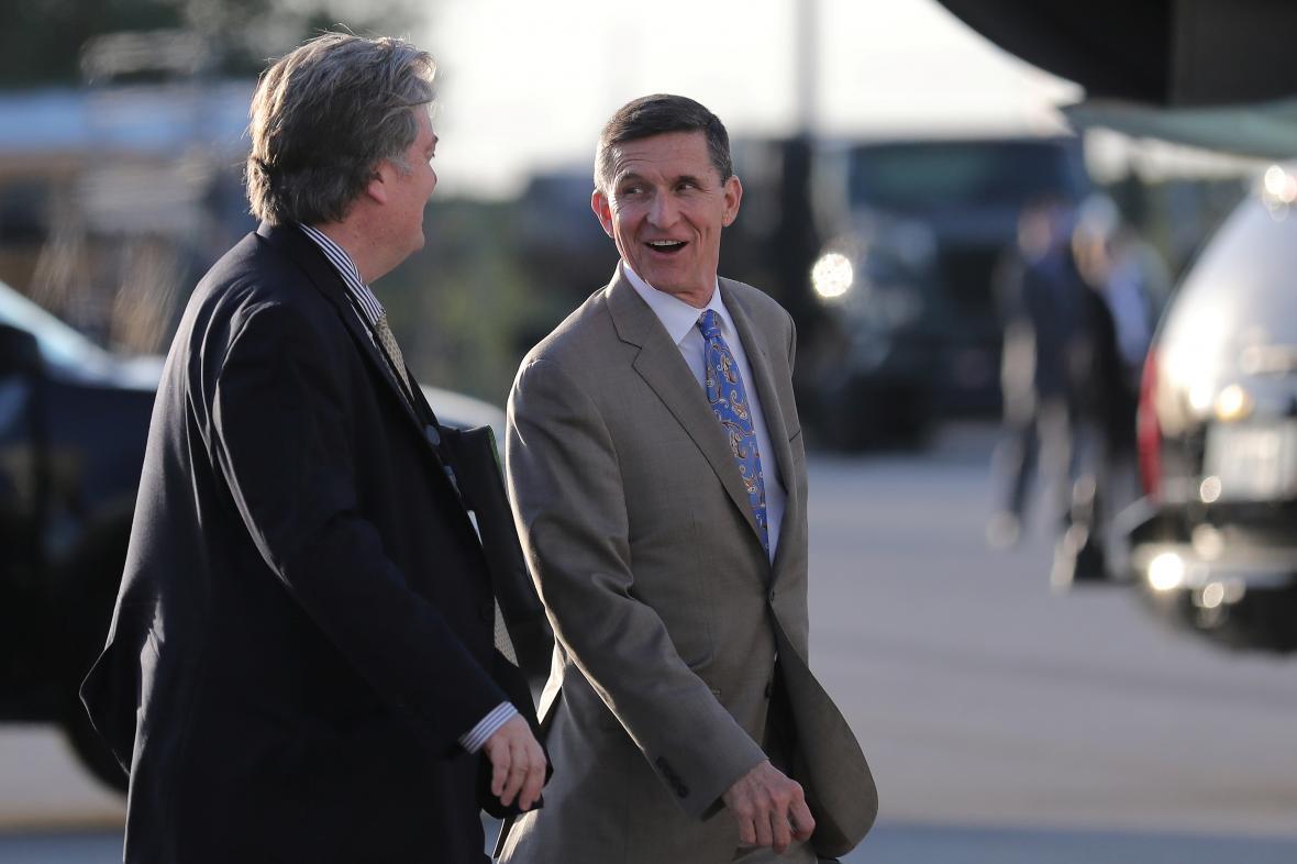 Flynn (vpravo) s Trumpovým šéfporadcem Stevem Bannonem