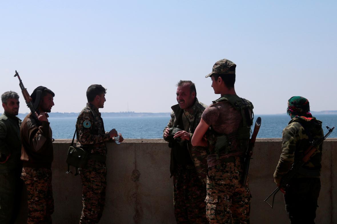 Jednotky SDF na jednom z břehů přehrady