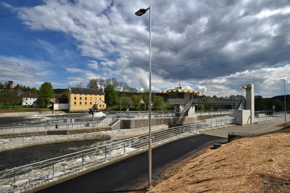 Jez a plavební komora v Hněvkovicích