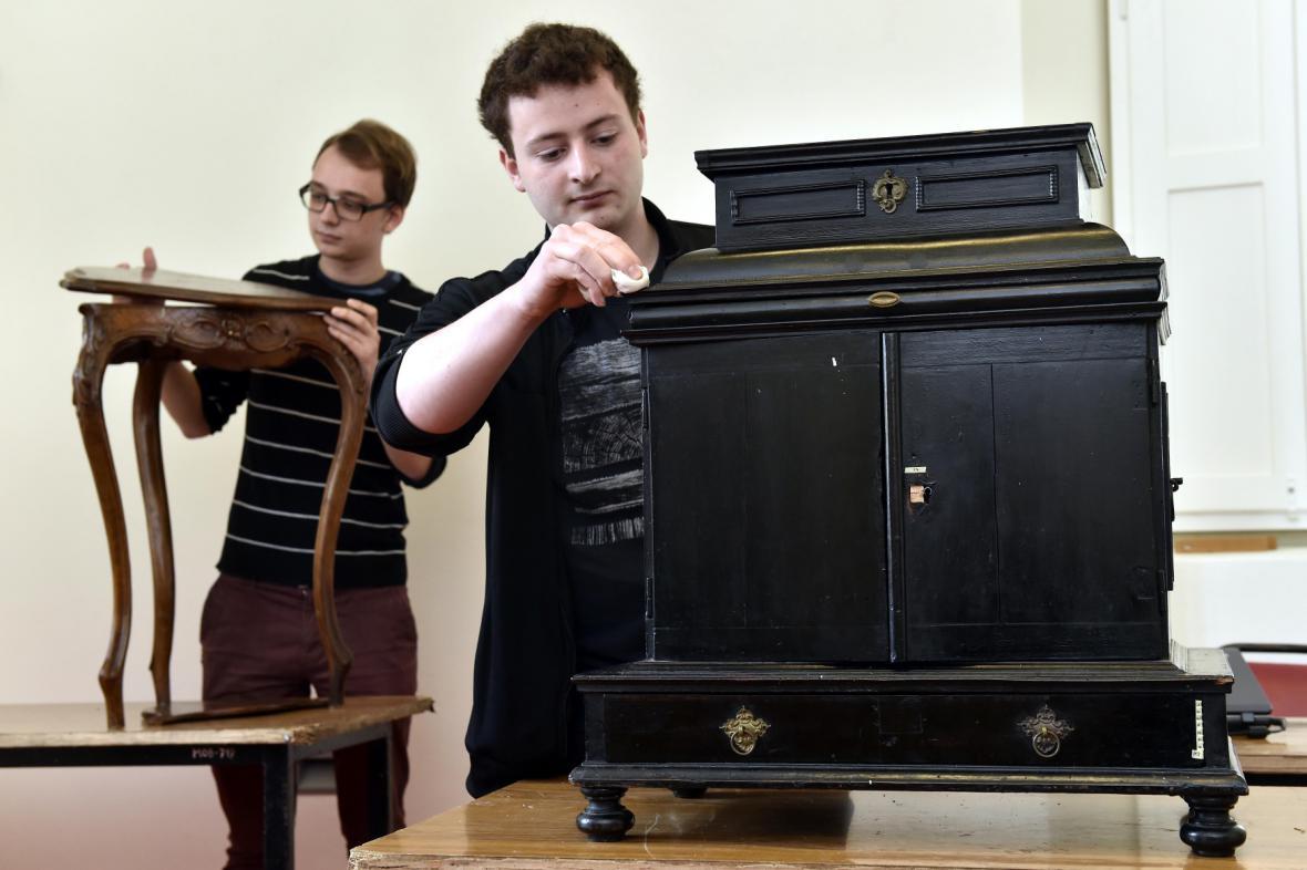 Studenti opravují nábytek na zámku ve Slavkově už šestým rokem