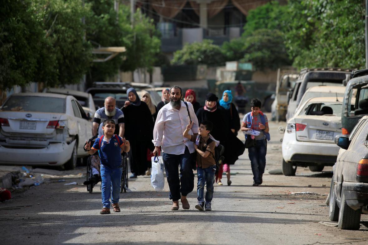 Obyvatelé Mosulu opouštějí město kvůli bojům mezi islamisty a iráckými silami