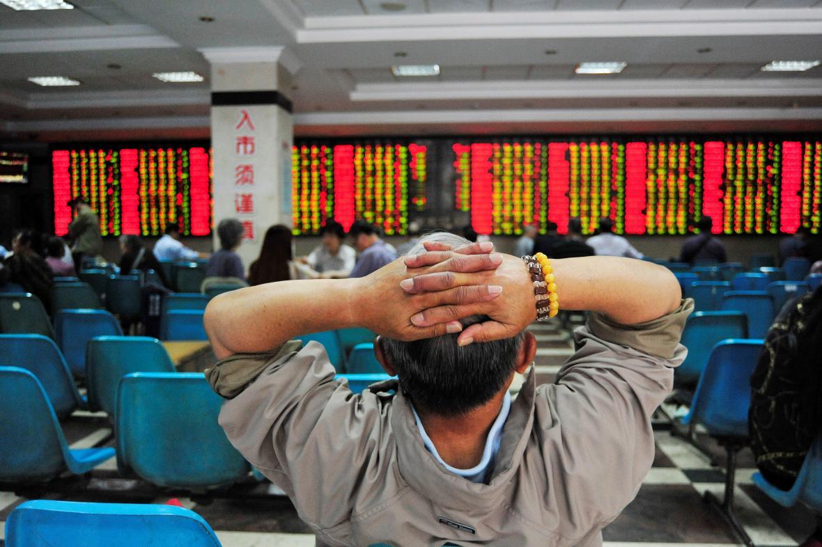 Investor sleduje vývoj čínských akcií.