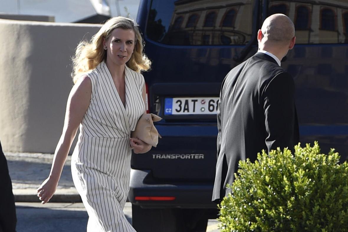 Kateřina Valachová při příchodu na setkání s prezidentem Milošem Zemanem