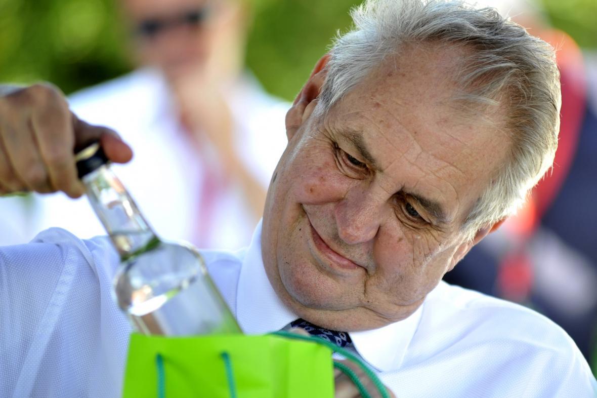 Miloš Zeman si prohlíží dar při návštěvě Jihomoravského kraje