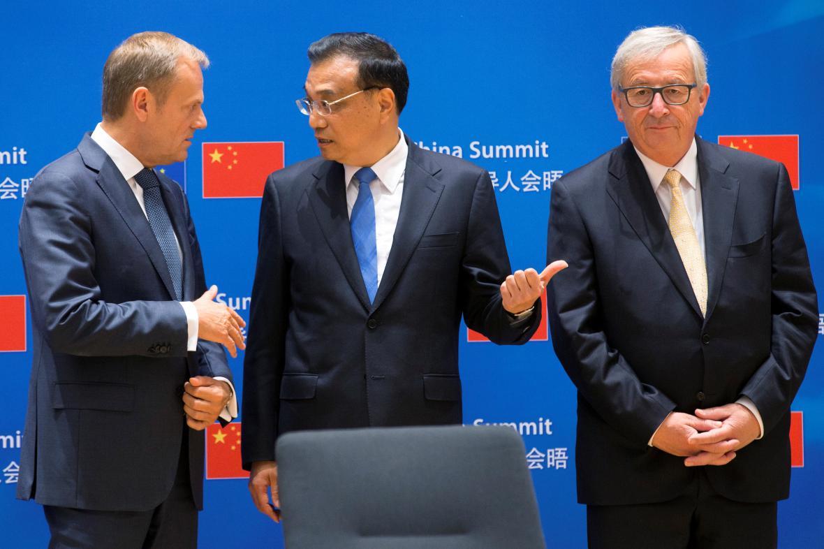 Donald Tusk, Li  Kche-čchiang a Jean-Claude Juncker na summitu v Bruselu