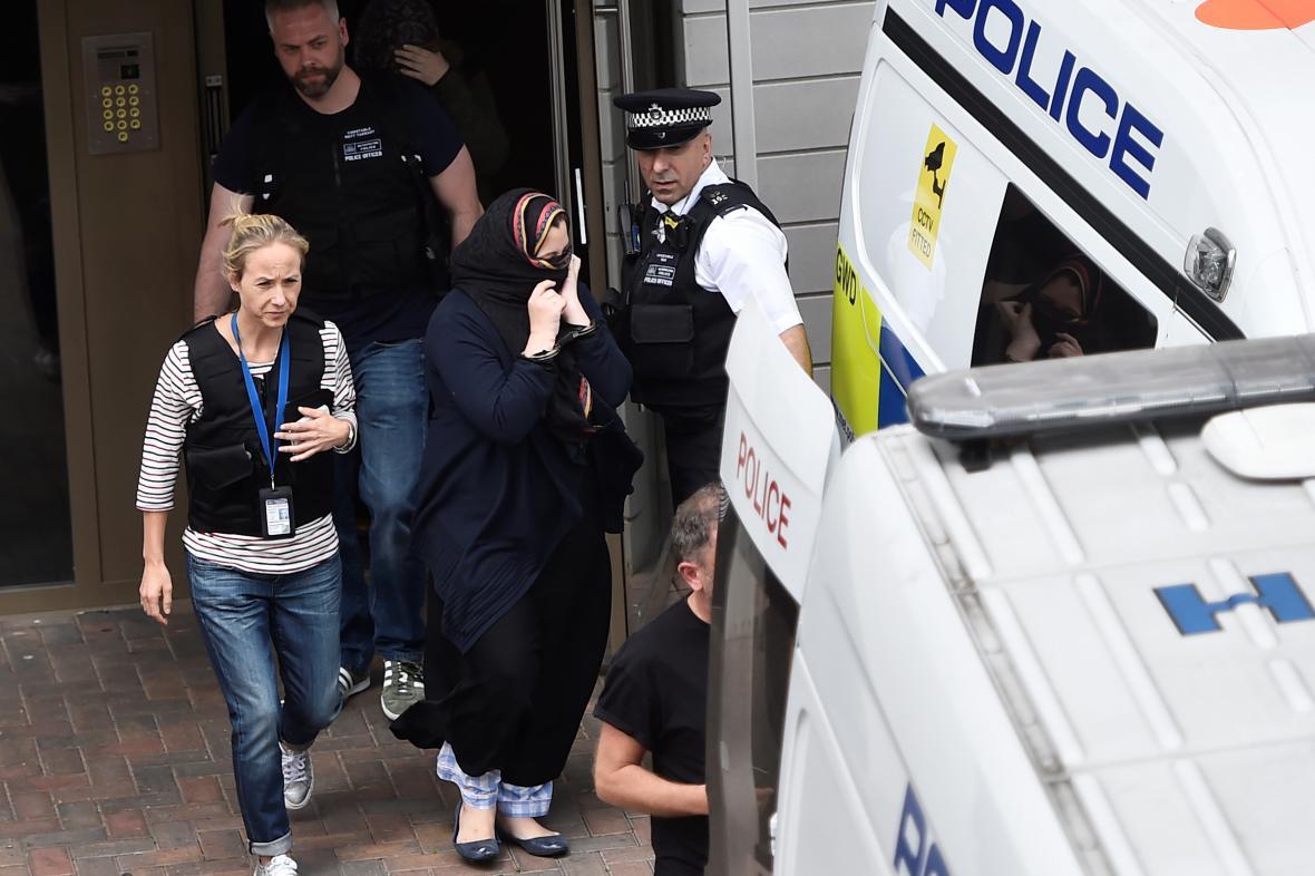 Policejní razie na londýnském předměstí Barking