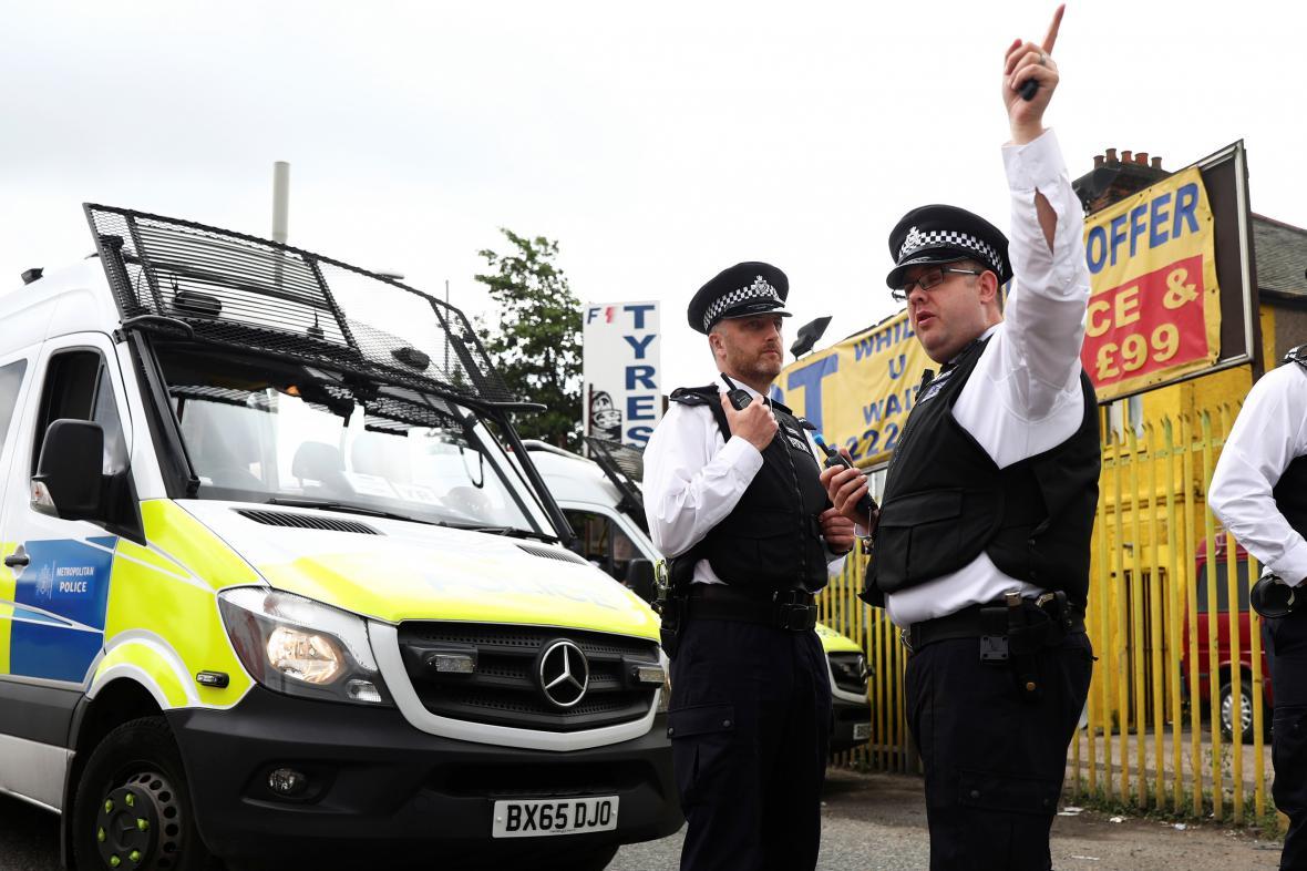 Policejní zásah v jedné z londýnských čtvrtí
