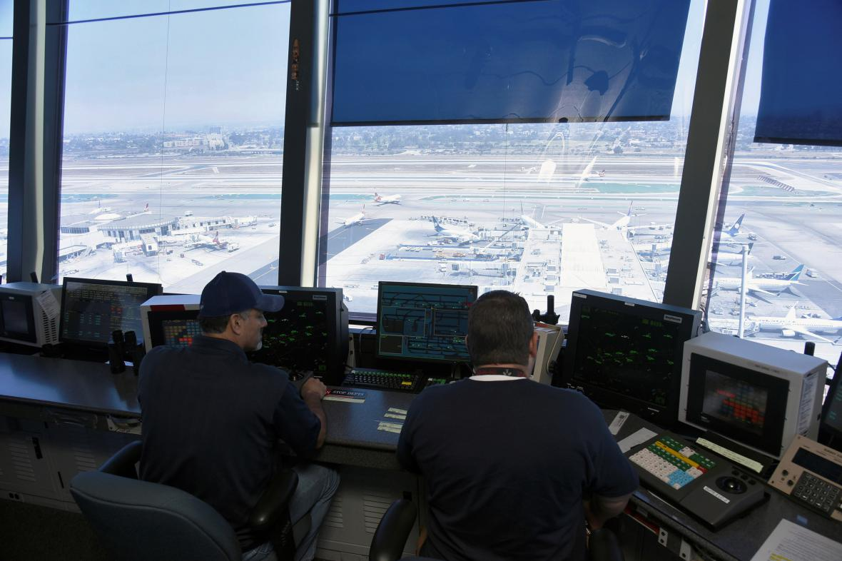 Letoví dispečeři v řídící věži letiště v Los Angeles