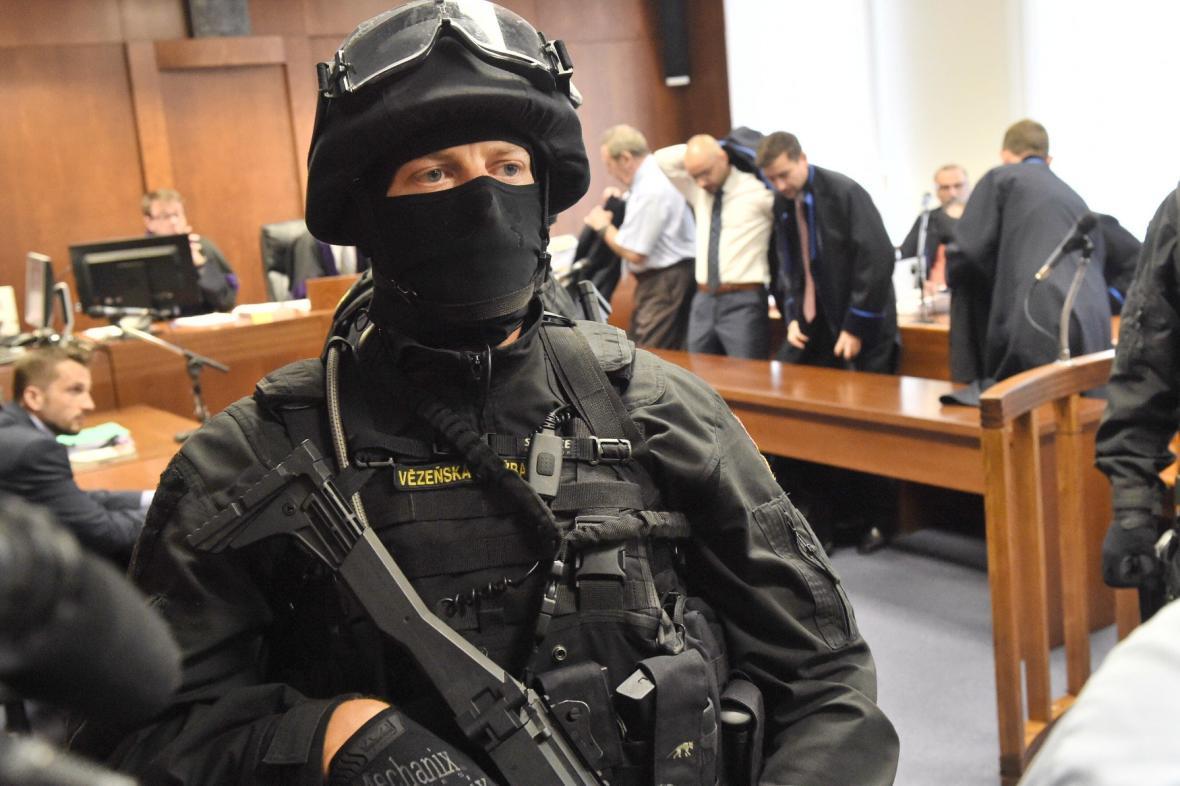Policejní eskorta, která doprovázela obžalovaného Březinu do soudní síně