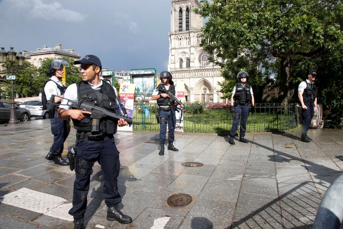 Policejní hlídky uzavřely prostranství před katedrálou