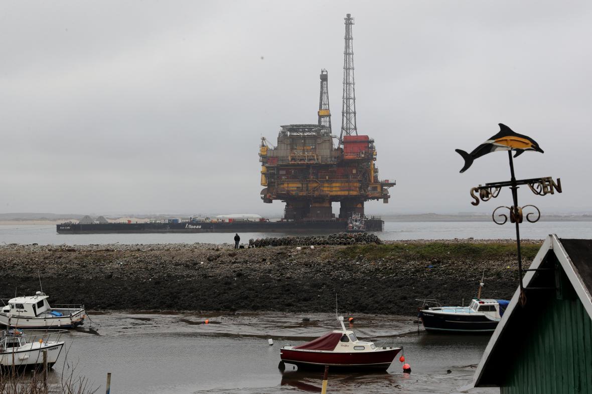 Ropná plošina poblíž britského Hartlepoolu.