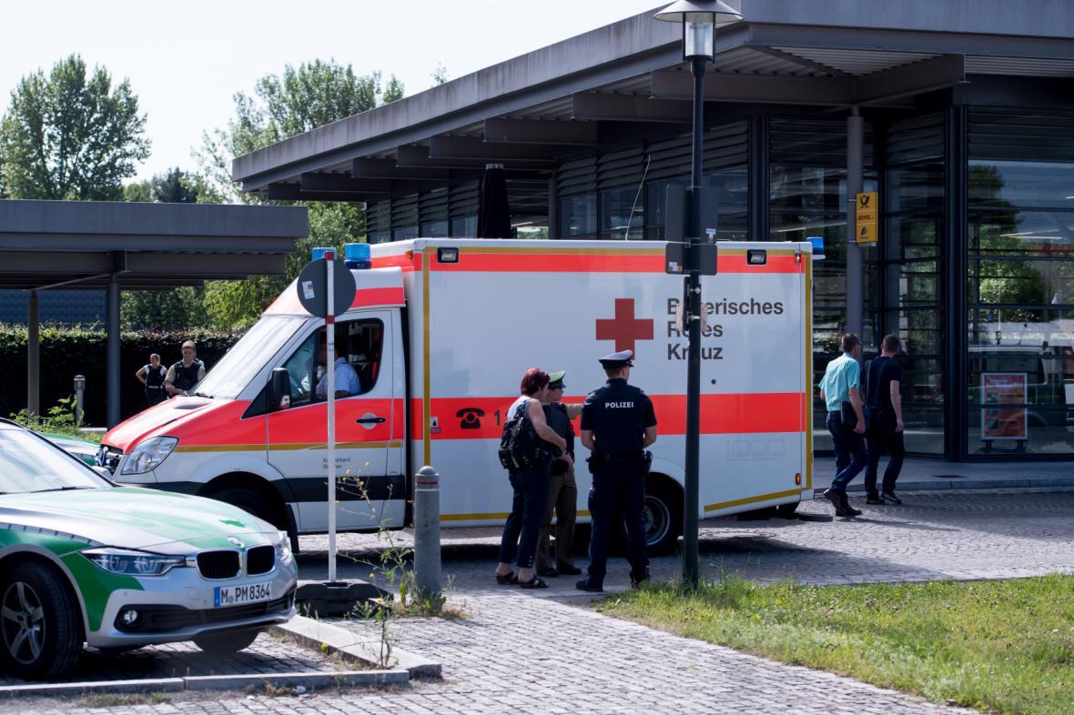 Policisté a sanitka blízko stanice Unterföhring