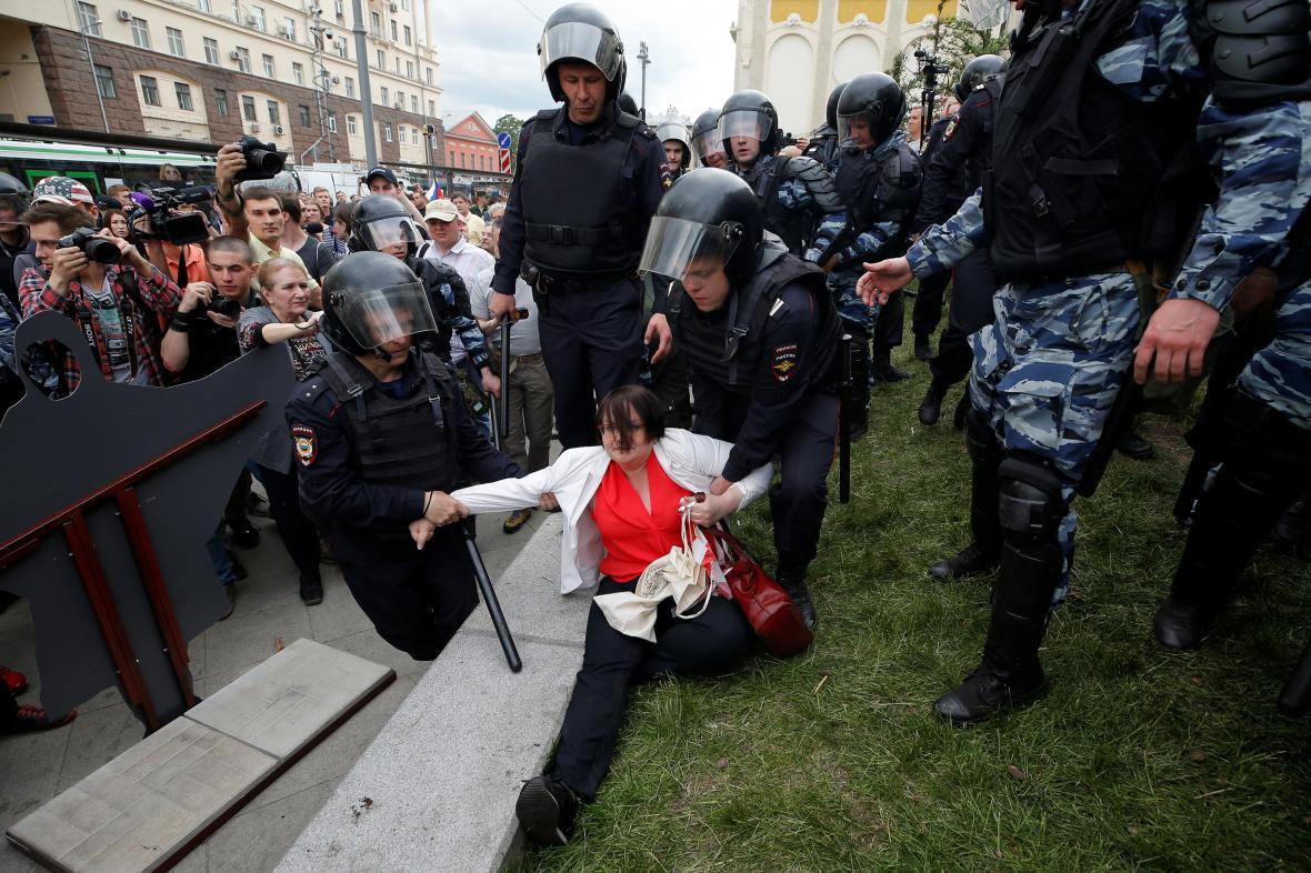 Zatýkání při opoziční demonstraci v Moskvě
