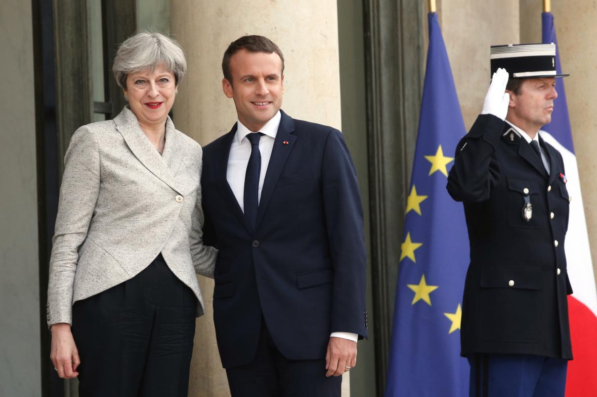 Theresa Mayová a Emanuele Macron