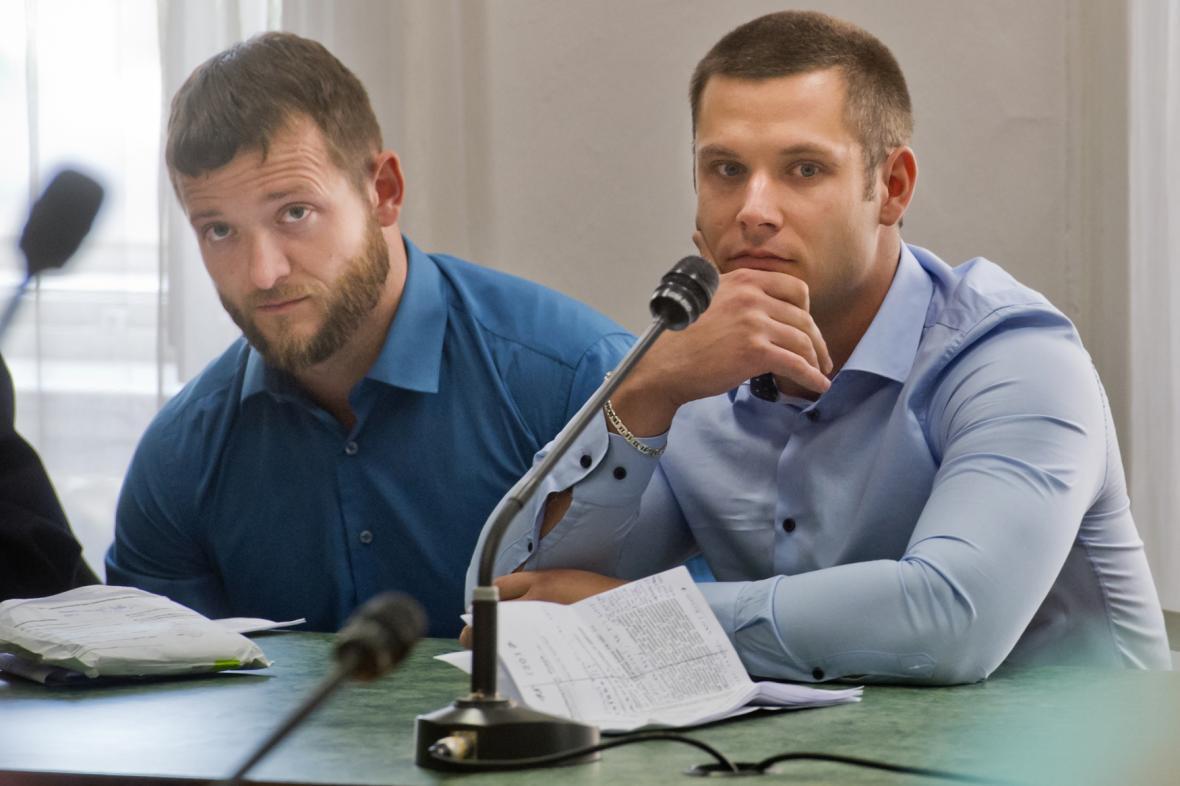 Policisté Lukáš Kočer (vlevo) a Petr Michálek