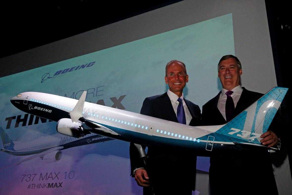 Šéf Boeingu Dennis Muilenburg (vlevo) u modelu 737 MAX 10.