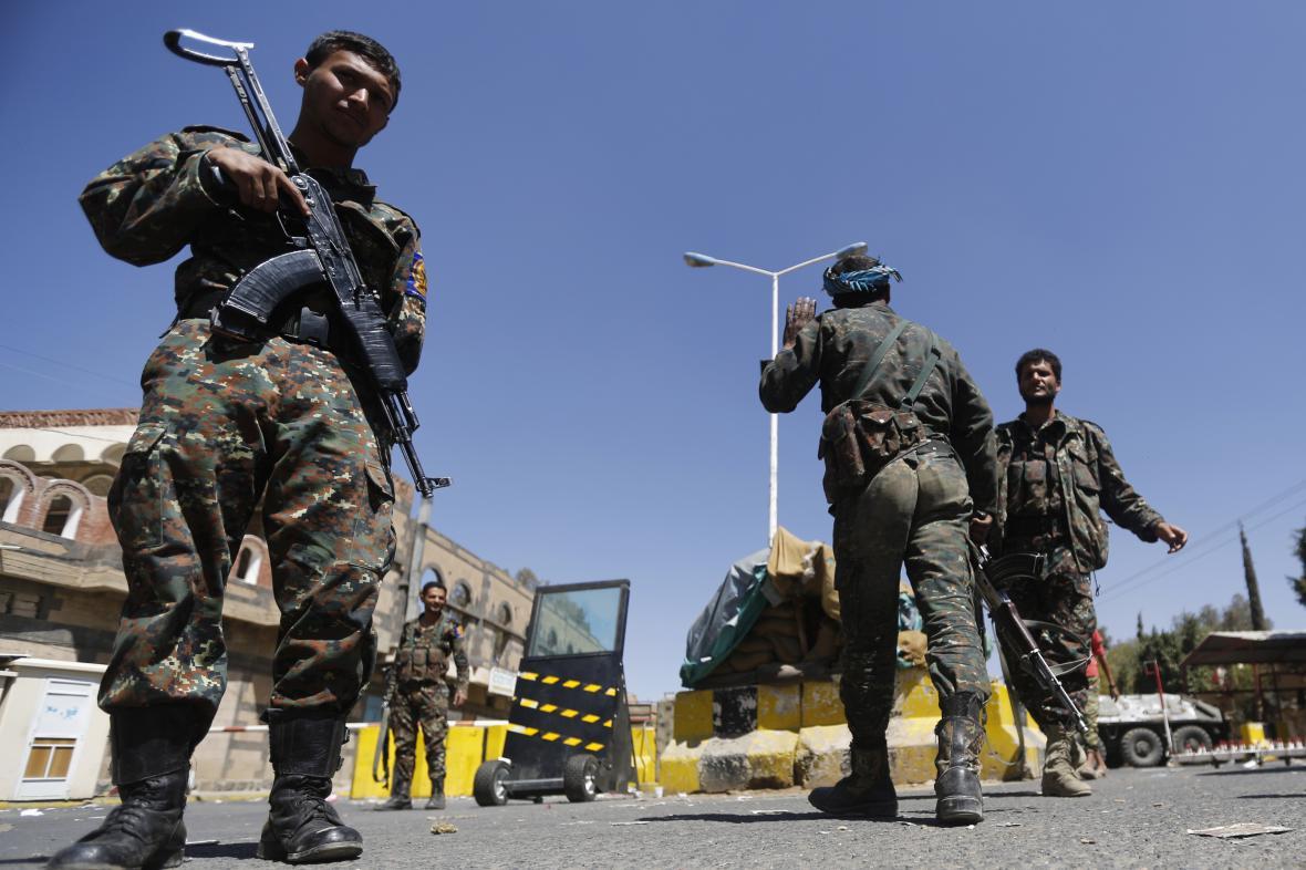 Hlídky před americkou ambasádou v hlavním městě Jemenu