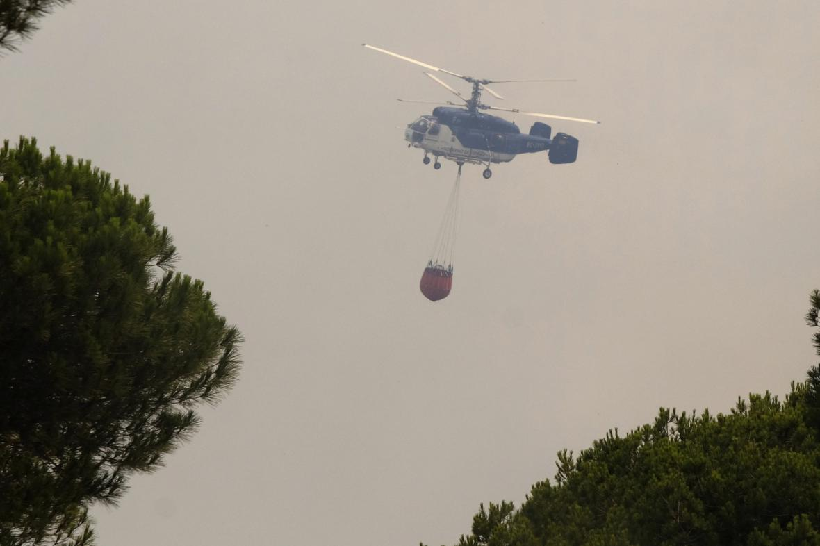 Hasičský vrtulník v jižním Španělsku