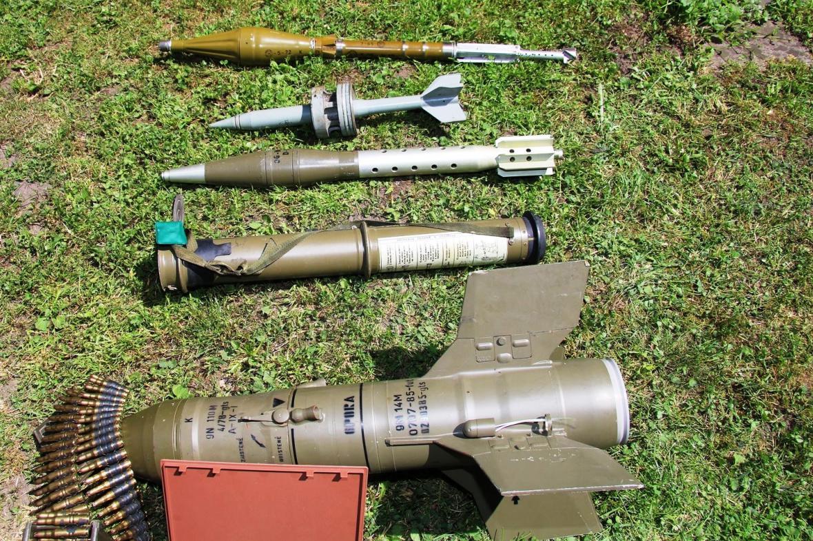 Část zbrojního arzenálu zabaveného u muže v Broumově